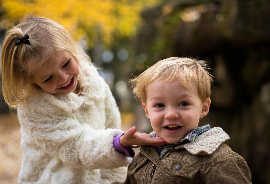 dzieci przytulają się do siebie jak przygotować dziecko na rodzeństwo